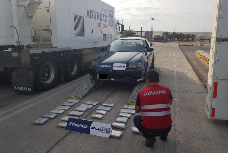 Aduanas Intercepta 2 autos cargados con cocaína y marihuana en Chacalluta