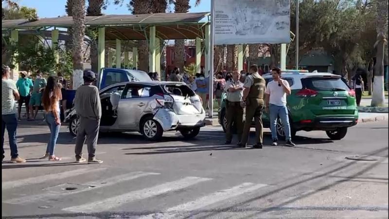 Detienen a menores de edad que huían en vehiculo robado e impactaron a un carro policial